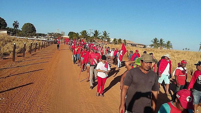Sem-terra se dirigem a uma das sedes da fazenda do Ministro Blairo Maggi para informar aos trabalhadores da fazenda os rumos da luta