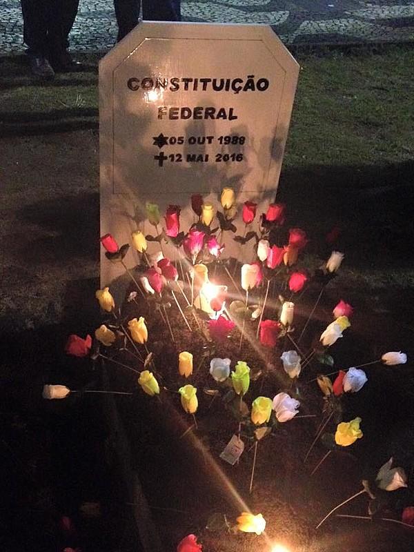 """Protesto no Largo de São Francisco reuniu estudantes, professores e movimentos sociais em """"enterro"""" da Constituição"""