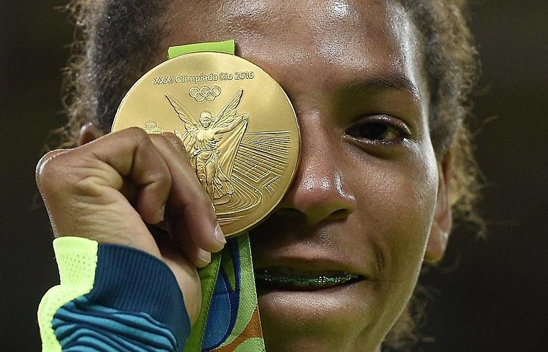 Rafaela Silva exibe medalha de ouro no judô