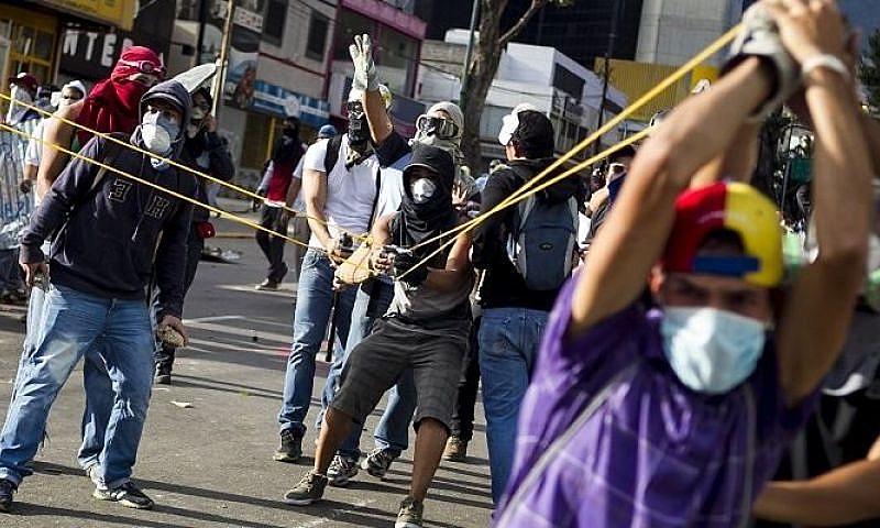 Guarimbeiros em protesto violento contra governo de Maduro