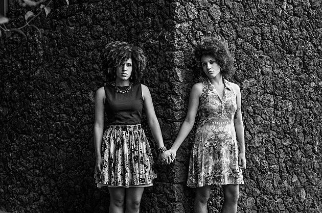 Camille Balestieri (à direita), é uma das organizadoras da semana LGBTTI na UFJF e posa com a namorada, Lia Manso