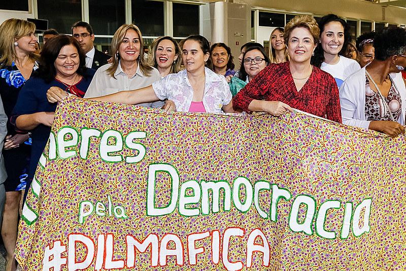"""Dilma destacou o trecho em que Cardozo alegou que """"se está usando pretextos jurídicos para tirar do poder uma presidente legitimamente eleita do poder em uma injustiça histórica."""""""