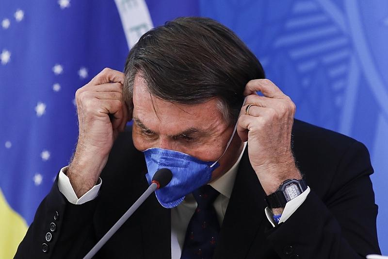 Jair Bolsonaro usa máscara