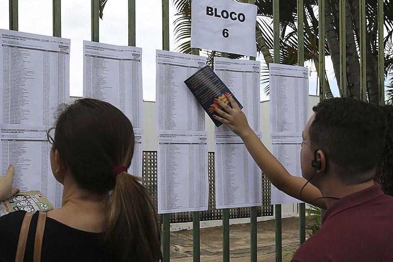 Candidatos aguardam abertura do portões do UniCEUB em Brasília, para o primeiro dia de provas do Enem 2018.