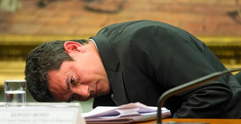 Especialistas afirmam que decisão de Moro (acima) não tem amparo legal