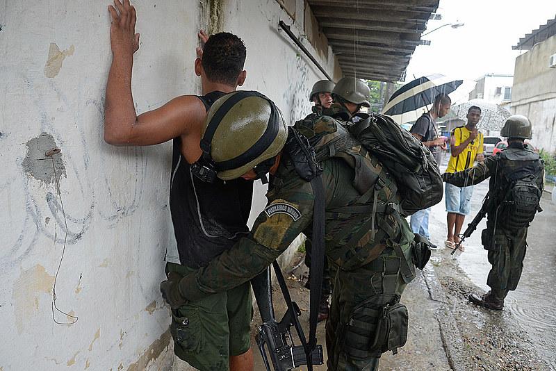 Forças Armadas fazem operação conjunta em comunidades do Rio.