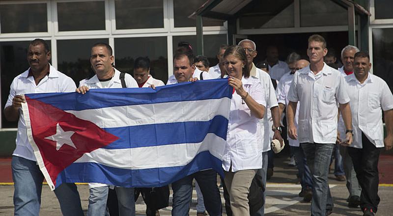Médicos cubanos viajam para o Haiti para ajudar vítimas do furacão Matthew em 2016