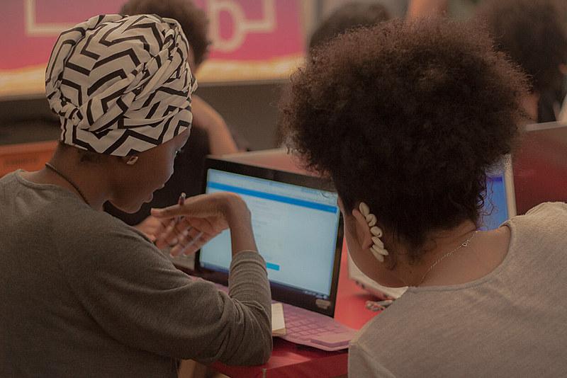 """Mapeamento do """"PretaLab"""" recebeu 570 respostas de mulheres negras e indígenas de todo país envolvidas em diversas áreas tecnológicas"""