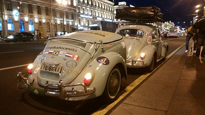 Fusca estacionado na avenida Nevsky, uma das mais movimentadas de São Petersburgo