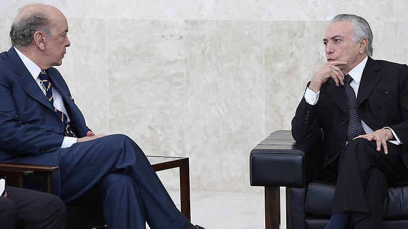 Acusado de conduzir um golpe contra Dilma, o governo interino de Temer acusa o presidente Maduro de não respeitar a democracia