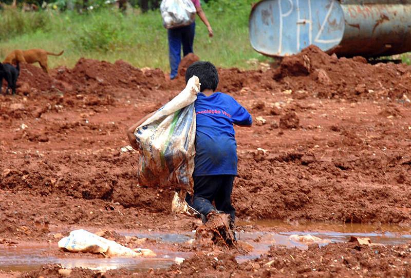 Criança trabalhando em lixão