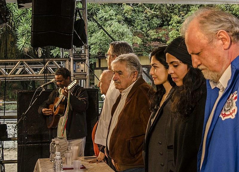 """Pereira da Viola dedilha o hino brasileira, durante conferência """"Alimentação Saudável: um direito de todos e todas"""""""