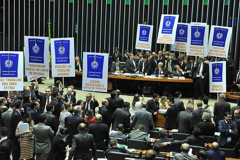 Parlamentares protestam contra a reforma trabalhista
