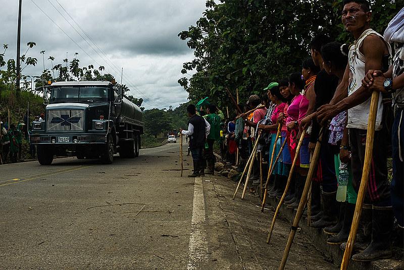 Indígenas paran carretera en el Chocó, departamento del pacífico Colombiano
