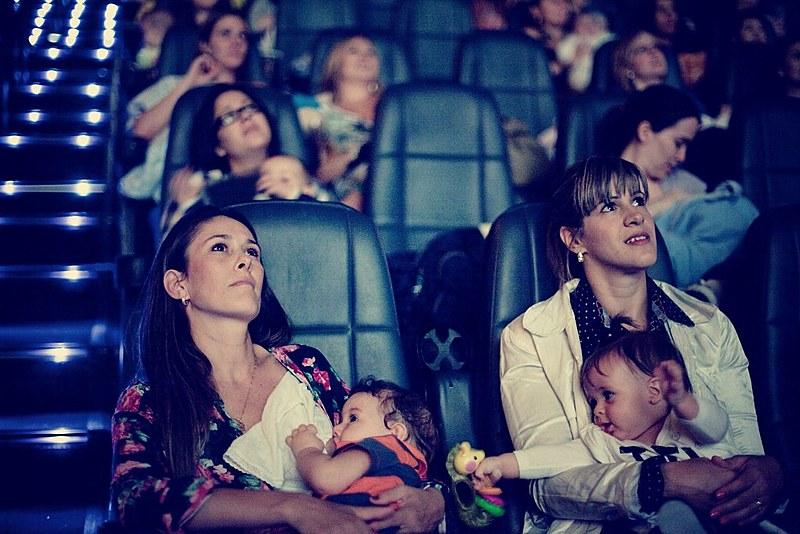 Sessão de cinema destinada à mães com bebês recém-nascidos ganha mais espaço nas cidades brasileiras