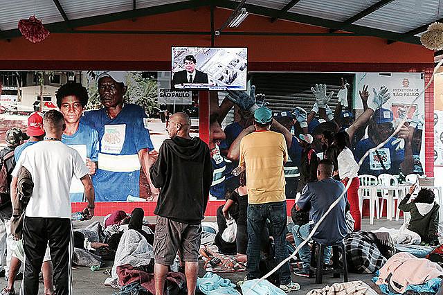 Usuarios de drogas ven por televisión la represión policial en la Cracolandia, mientras son atendidos por el programa De Brazos Abiertos