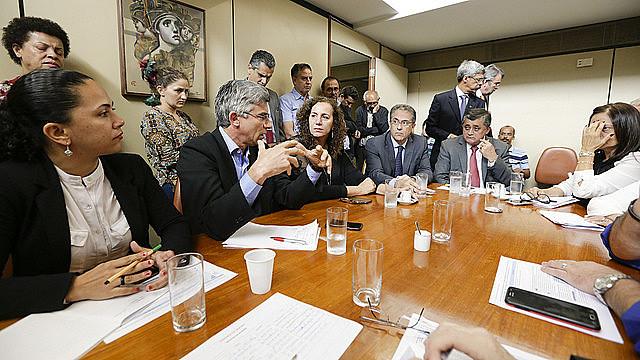 Antes de anunciar decisão pela obstrução das pautas, oposição se reuniu com representantes populares na Câmara