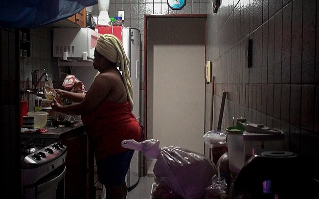 """Cena do documentário de Gabriel Mascaro """"Doméstica"""", que investiga dinâmica da profissão e sua presença nos lares brasileiros"""