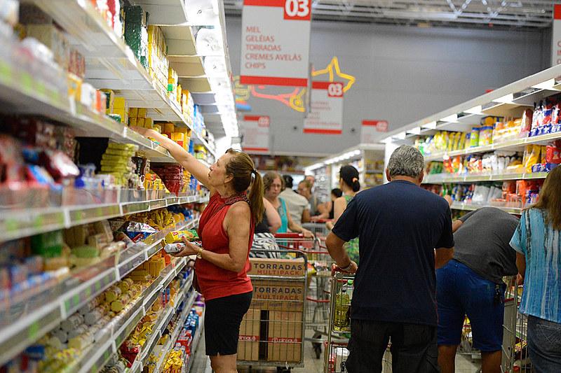 Segundo André Martins, pesquisador do IBGE, ao perder a renda, o trabalhador mais pobre acaba reduzindo o gasto com alimentação