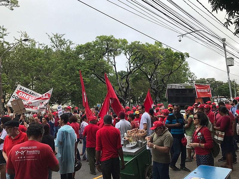 Cerca de mil pessoas participam de ato em Recife, em frente ao Parque 13 de maio