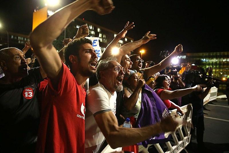 Manifestantes protestam contra o impeachment em Brasília em noite de votação do Senado