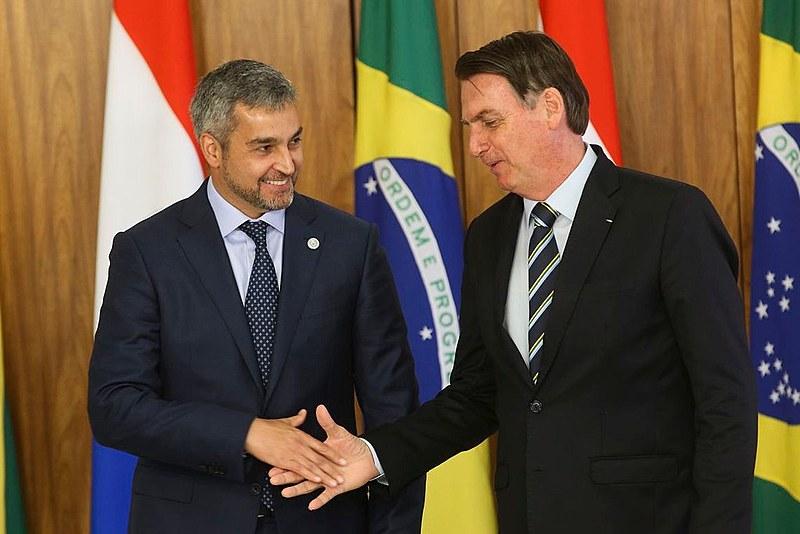 Presidente paraguaio, Mario Abdo junto a opresidente do Brasil, Jair Bolsonaro, em reunião nesta terça-feira (12)