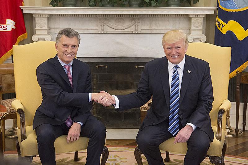 O presidente argentino Maurício Macri cumprimenta Donald Trump
