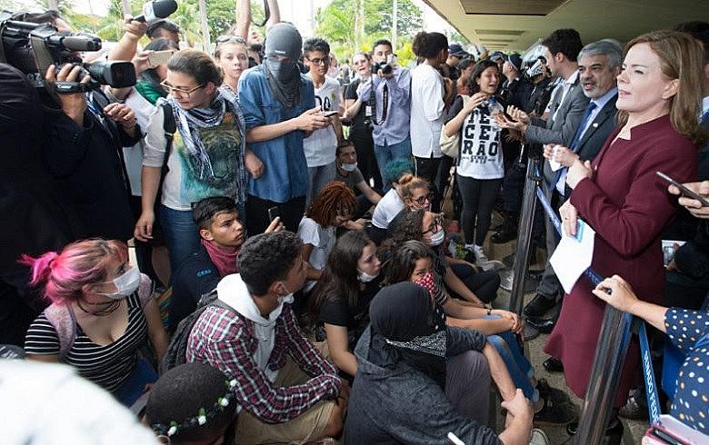Senadores petistas conseguiram um acordo para que estudantes acompanhassem a sessão