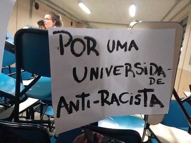 Desde segunda-feira, alunos bloqueiam o corredor das salas onde é ministrado o curso de serviço social na PUC-SP