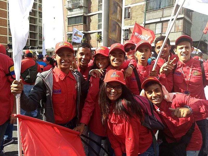 Jovens se juntam à multidão que promoveu um ato público na data conhecida como 4F, em Caracas