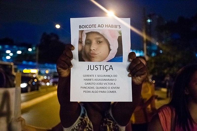 Familiares e amigos do menino morto após perseguição de seguranças do Habib's protestaram no dia 2 de março