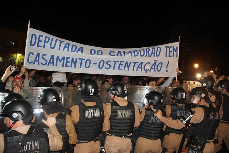 Protestos no Casamento da deputada Maria Vitória contaram com repressão da ROTAM