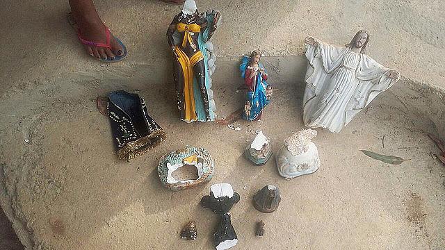 Em outubro de 2017, agressores ameaçaram ocupantes com armas e destruíram símbolos religiosos