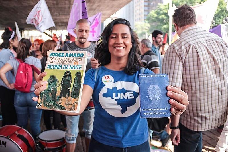 """Estudante vai às ruas """"armada"""" com livro e carteira de trabalho para ato contra a candidatura de Jair Bolsonaro (PSL)"""