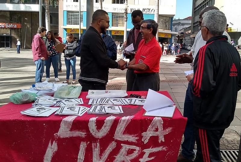 Campanha de Mobilização Lula livre em Campinas na Praça da Catedral