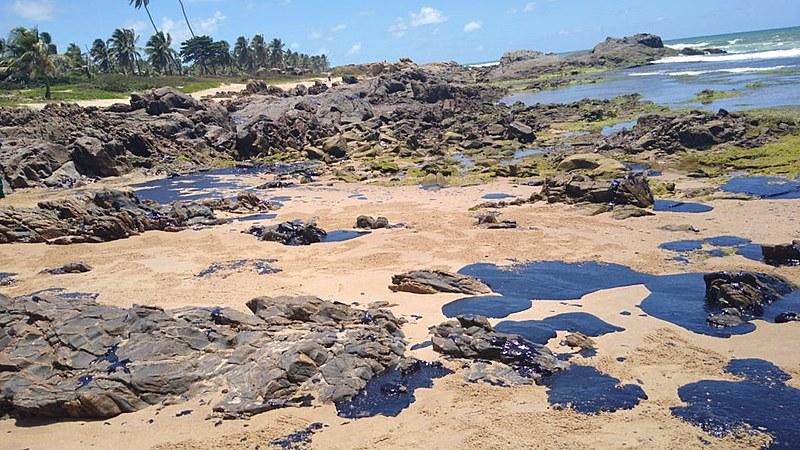 Vazamento de óleo chegou há mais de um mês à localidade baiana de Sítio do Conde, nas proximidades da divisa com Sergipe