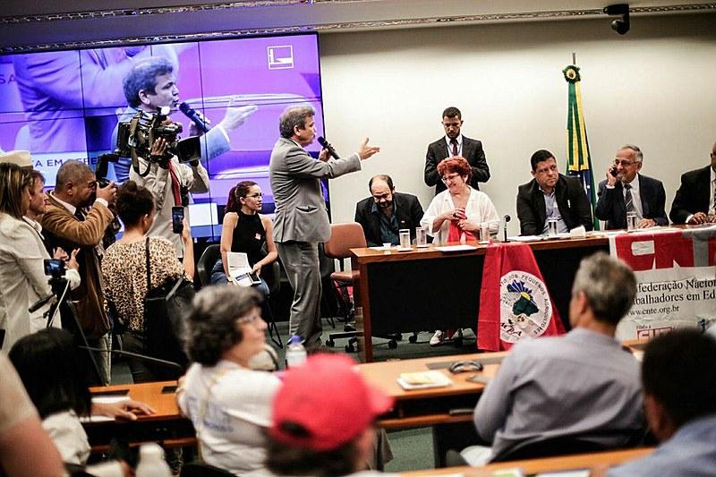 Deputados e senadores de oposição realizaram ato na Câmara Federal nesta terça (6), em parceria com movimentos populares