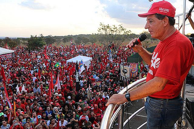 El dirigente del MST Jaime Amorim en acto público realizado después de la inscripción de la candidatura de Lula, en Brasília