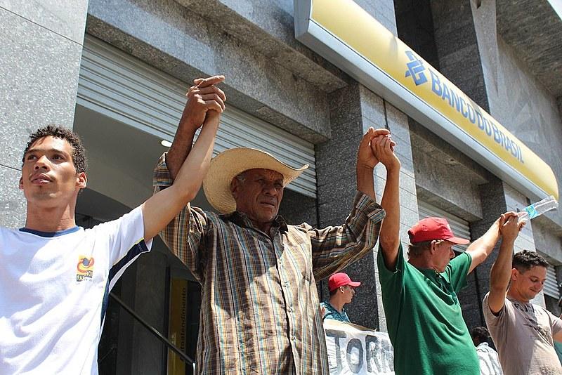 Trabalhadores abraçam Banco do Brasil e Caixa Econômica em defesa dos investimentos