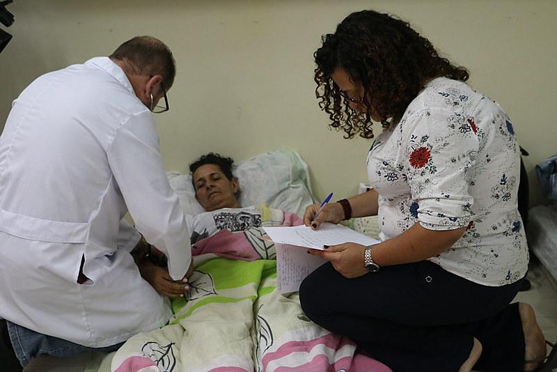 Profissionais de saúde voluntários durante atendimento dos grevistas