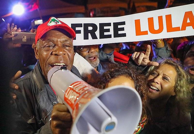 Após a visita, Glover falou aos aos manifestantes que ocupavam a praça Olga Benário, centro da Vigília Lula Livre