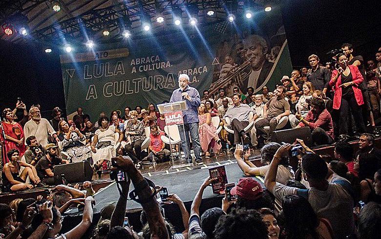 """Circo Voador lotado recebeu ex-presidente Lula: """"não poderia fechar o ano sem vir ao RJ agradecer aos artistas cariocas"""""""