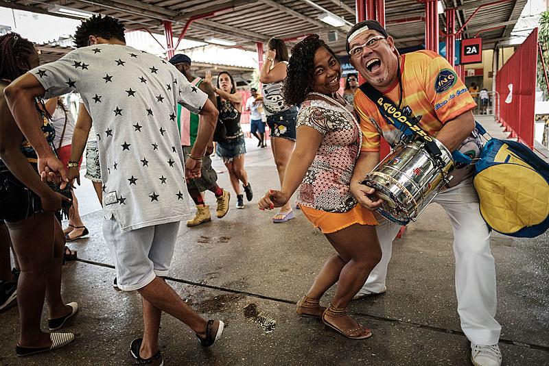Há 22 anos o Trem do Samba faz o trajeto da Central do Brasil até Oswaldo Cruz ao som de pandeiros, cavacos e tamborins