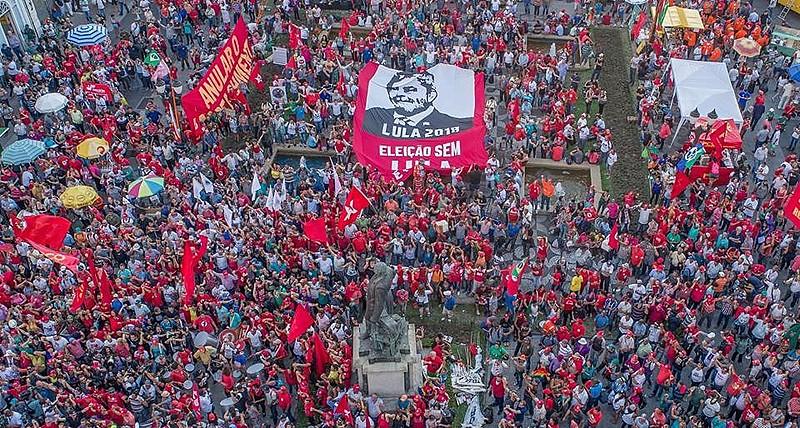 Manifestação em apoio a Lula reuniu mais de 7 mil pessoas em Curitiba