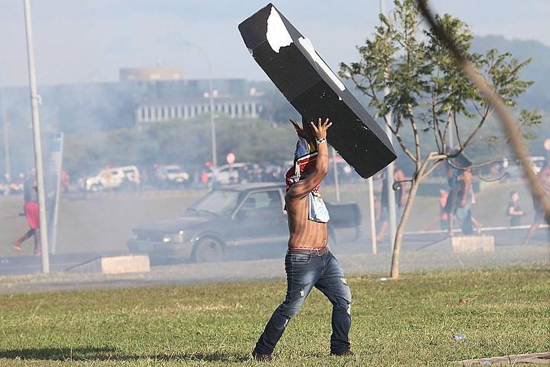 Uma das cenas mais marcantes foi vista nesses dias, quando os indígenas, protestaram em frente ao Congresso