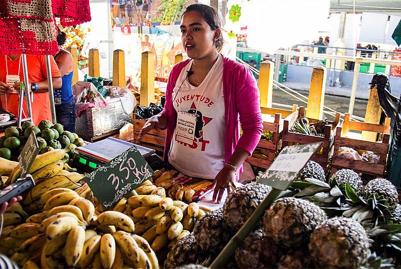 A estudante de agronomia Crislaine Khite de Melo Padilha mostra sua produção na Feira Nacional da Reforma Agrária