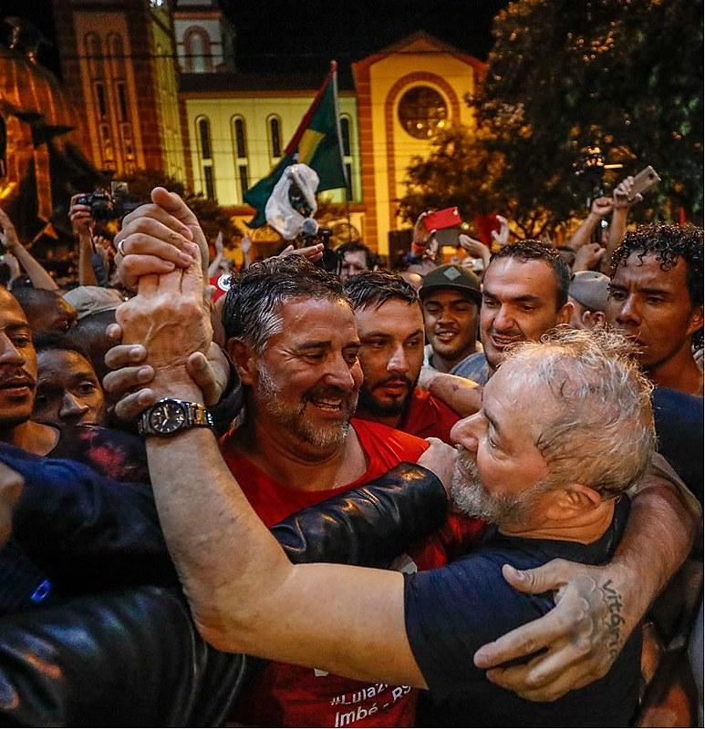 Depois de episódios de violência contra os apoiadores de Lula, o ex-presidente caminhou até o hotel protegido por uma corrente humana