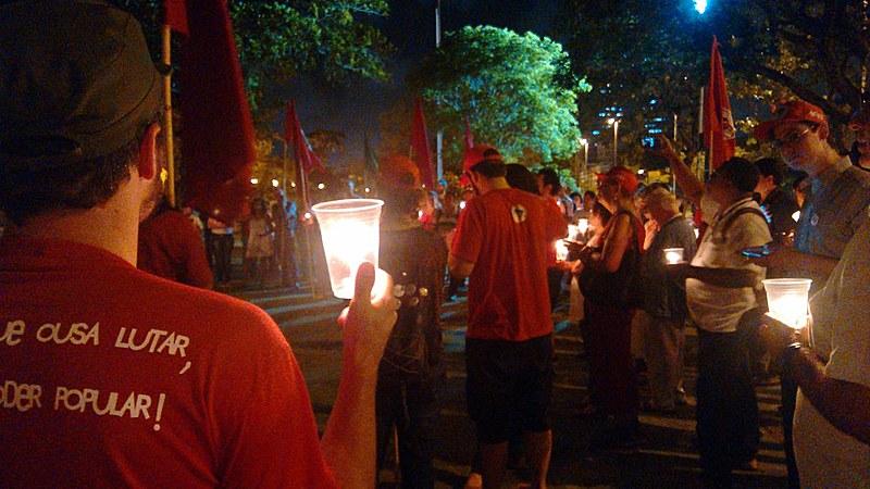 Mais de 100 pessoas se reuniram no Monumento Tortura Nunca Mais em solidariedade ao MST.