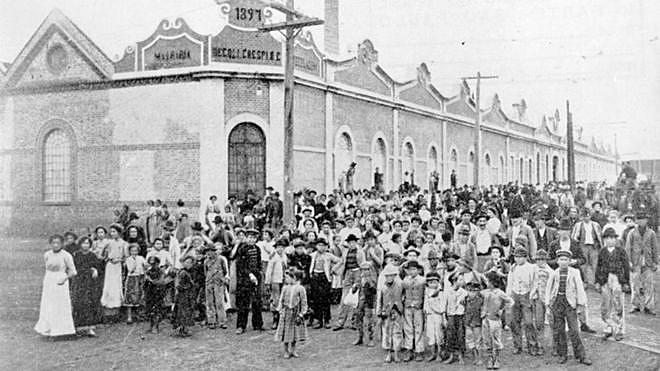 Trabalhadoras e trabalhadores no Cotonifício Crespi, na Mooca, em São Paulo, em 1917