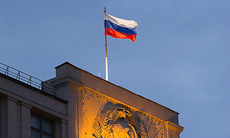A foice e o martelo, ícones máximos da União Soviética, sob a bandeira pan-eslava, símbolo da Rússia independente, simbolizam o sincretismo político de Putin.